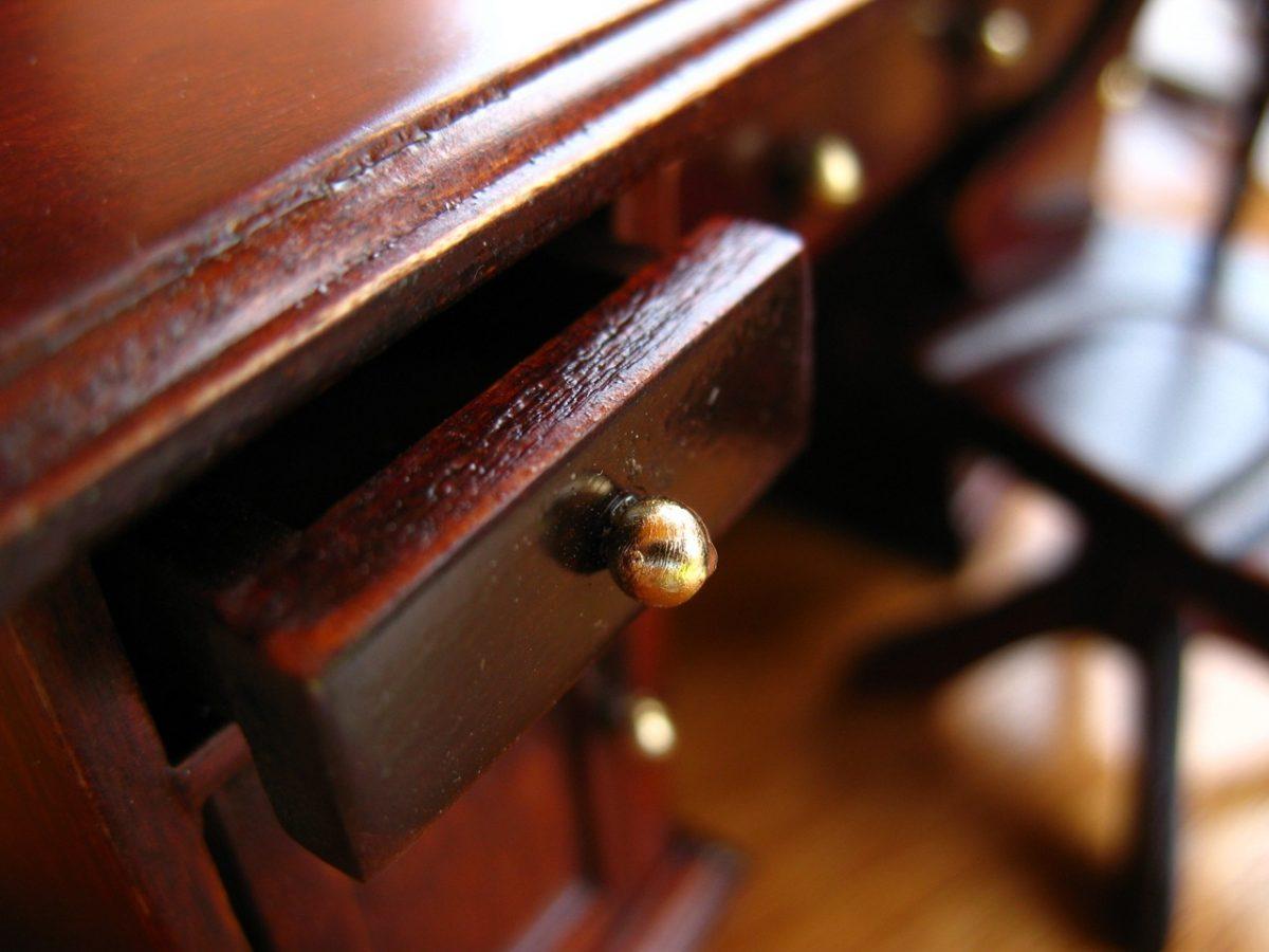 Odnawianie starych mebli jest modne